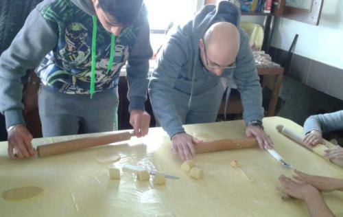 A lavoro per le Chiacchiere (tipico dolce carnevalesco)