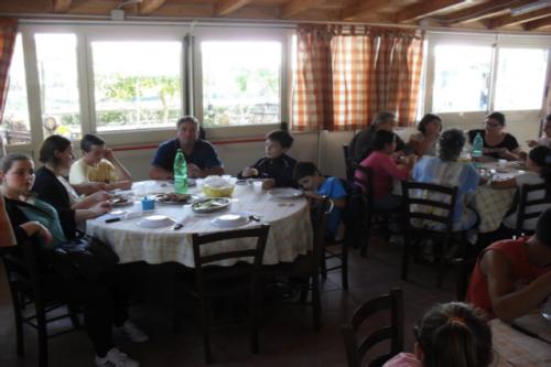 I fratelli della comunità pranzano tutti insieme